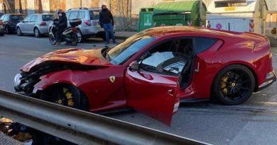 Llevó Ferrari a lavar y se lo entregan hecho añicos