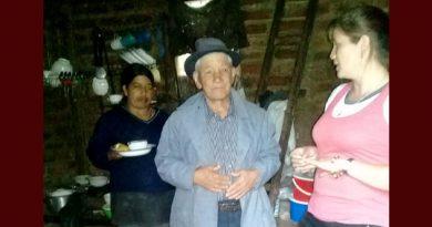Mujer entregó ayuda abuelitos en vereda de La Florida