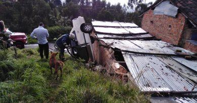 Carro quedó volcado en una vivienda en Ipiales