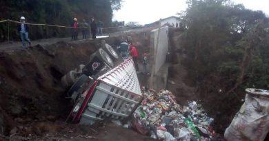 Carro cargado de residuos se volcó en vía de La Cruz