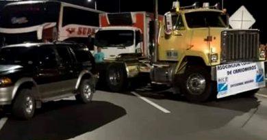 Por alza de peaje camioneros bloquean vía Pasto-Ipiales